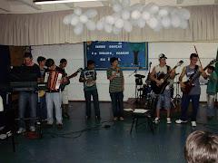 Grupo de alunos- Coordenados pelo fucionário Luis Carlos no Teclado