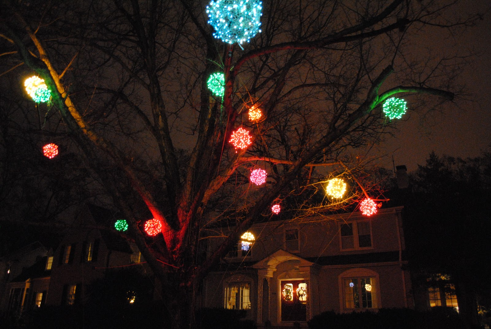 have you ever seen anything like this - Chicken Wire Christmas Balls