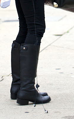 Jessica Alba finishing up her holiday shopping