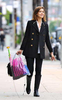 Jessica Alba finishing up her holiday shopping