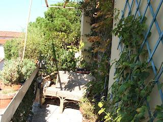 Casa della mamma un terrazzo 39 di ringhiera 39 for Divanetto da balcone