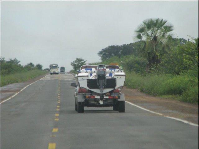 Nossa lancha Xuxuca rebocada na BR343  (350km) de Teresina à Parnaíba