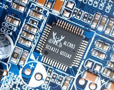 Microcontrolador o microchip del fabricante Realtek integrado en una placa de componentes electronicos