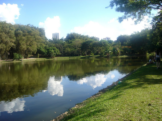 Reflexo das nuvens no Lago do Parque Areião em Goiânia