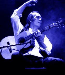 Paco de Lucia tocando la guitarra