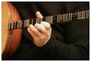 tocando instrumento guitarra turca