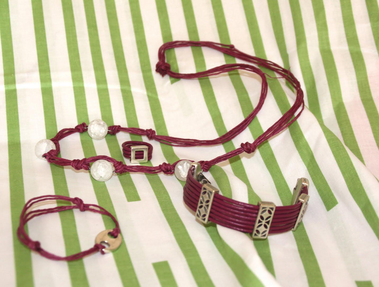 Conjunto De Collar  Pulseras Y Anillo Granate Con Fornituras Plateadas