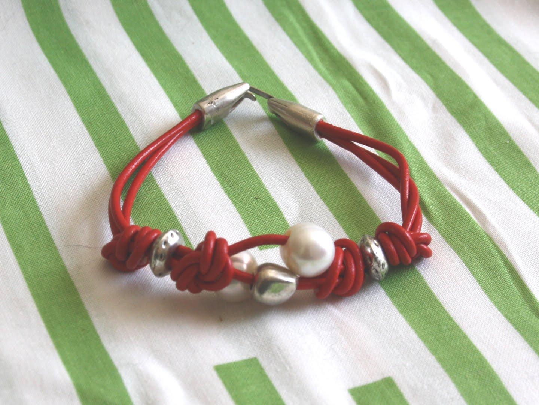 Como hacer pulseras de cuero con nudos y perlas. Pulsera de cuero rojo ...