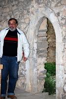 Manuel Maia, arqueólogo,junto à porta tardo-gótica