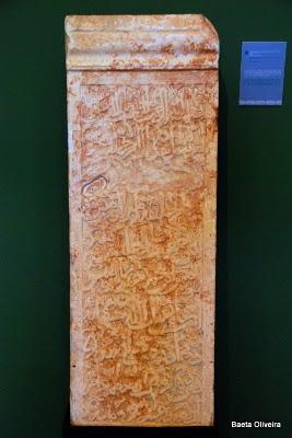 Lápide comemorativa da construção de uma torre, em Silves. Verão 2010