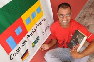 Mineiro aprendeu a ler aos 16 anos e hoje mantém programa de alfabetização