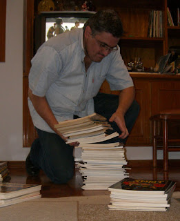 Como nessas estantes só entram livros e álbuns, imagine o peso!
