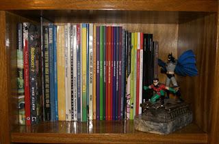 Mais edições, guardadas pela estatueta do Morcego, um de meus bat-badulaques favoritos - só tem 500 no mundo!