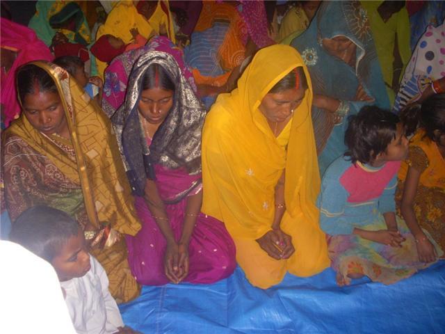 Mulheres indus oram em contrição!