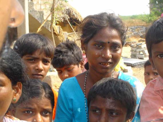 Uma Jovem mãe trazendo crianças para serem adotadas.