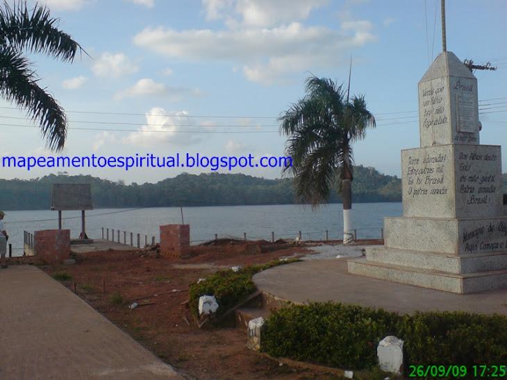 Monumento ao todo poderoso e base do mastro da bandeira em forma de obelisco (disfarçado).