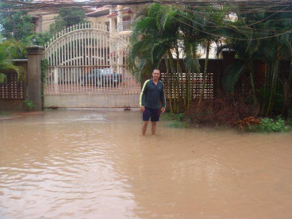 Camboja - A entrada tomada pelas águas.
