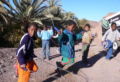 niños saltando a la cuerda