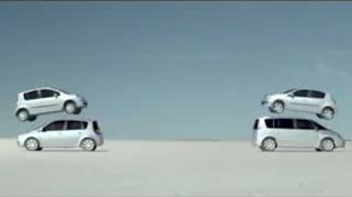 Dois automóveis Renault decolam...