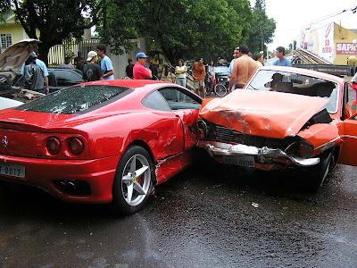 Acidente envolve Ferrari e carro velho.