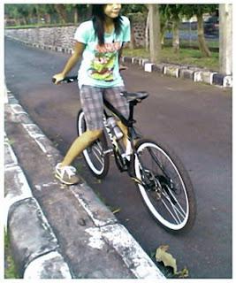 mencoba naek sepeda kebalik :'D