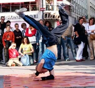 Break dance la mayora de los b boys hoy en da comienzan viendo videos tutoriales por internet youtubemetacafedailymotionhiphopmateria en donde aprenden los malvernweather Image collections