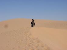 Niña saharaui en las dunas