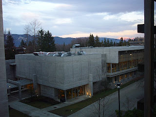 Näköala ikkunastamme - oikealla asukastoimisto ja Dining Hall, paikallinen opiskelijaruokala