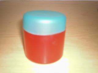 Tarros reciclando tapas de desodorante.