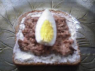 ¿Cuántas calorias tiene un sandwich de atún? 122 cal aprox.