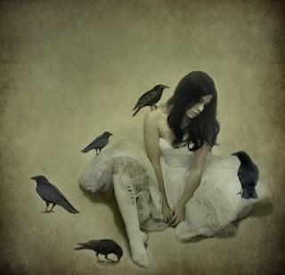 moça sentada, olhando para o chão, cercada de pássaros