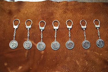 LLaveros con cadena, iniciales sobrerelieve