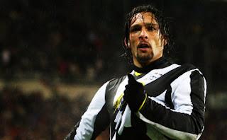 Amauri agarrando el escudo de la Juventus