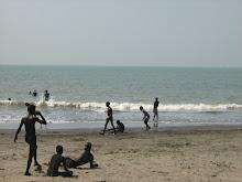 Niños jugando en la playa de Conakry (Guinea)