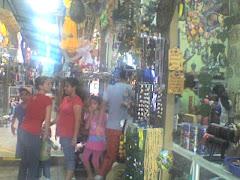 Muchos sampedranos visitan esta plaza tipica que vienen a comprar y disfrutar