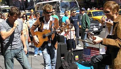 a-ha durante apresentação em Nova York, em 2005