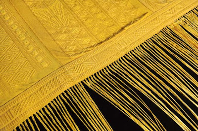 สุดยอดผ้าหายาก ผ้าไหมใยแมงมุมทอง