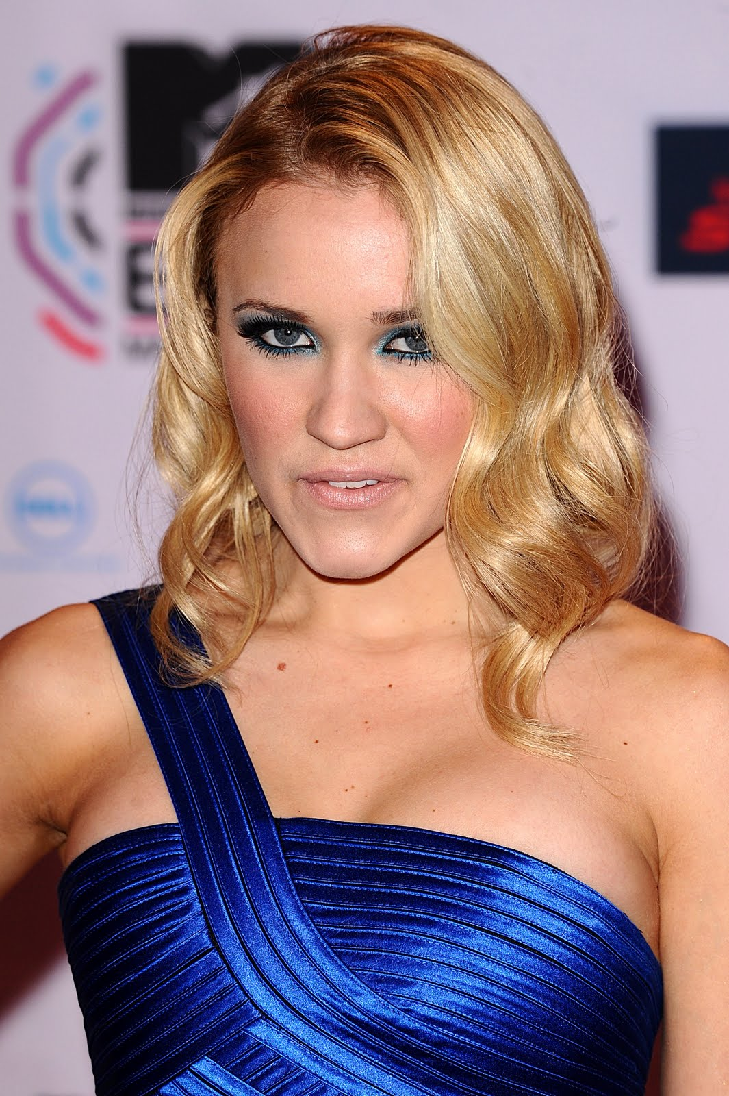 Emily Osment Clevage Images | FemaleCelebrity