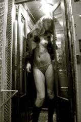 Desnuda en el ascensor