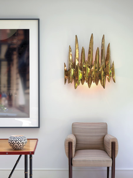 vintage sconce in gold, design sconce, aplique vintage dorado, decorar el salon con luces