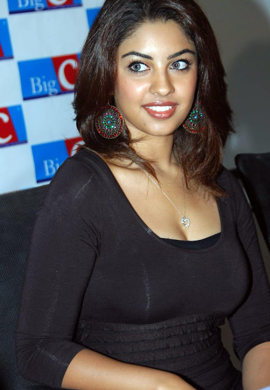 Actress Richa Gangopadhyay Hot Stills glamour images