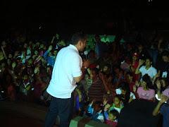 El Pastor predicando a màs 700 jovenes