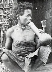 Mulher Quioco da Lunda fumando pela mutopa