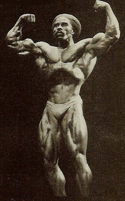 ROBBY ROBINSON - MUSCLE TRAINING, DEC 1979 FRONT DOUBLE BICEPS - POSE DOWN AT THE NIGHT OF THE CHAMPIONS 1979, ▶ www.robbyrobinson.net