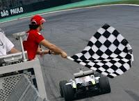 Button recebe a bandeuirada de Massa