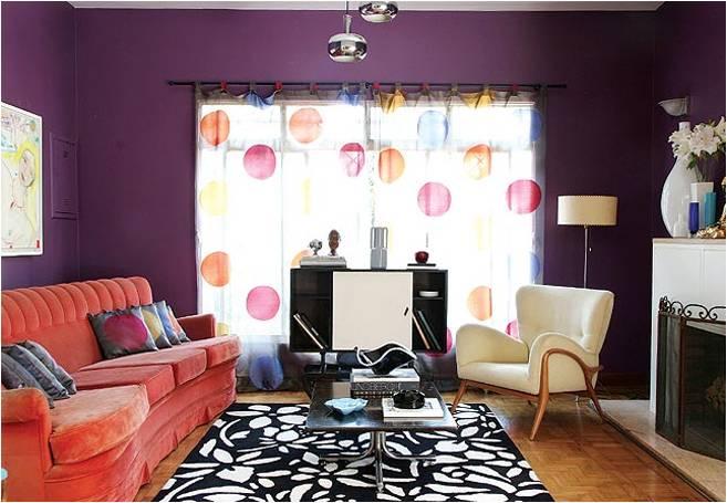 decoracao de interiores cortinas para sala:colorida é o ponto alto desta sala estar com lareira, recheada de