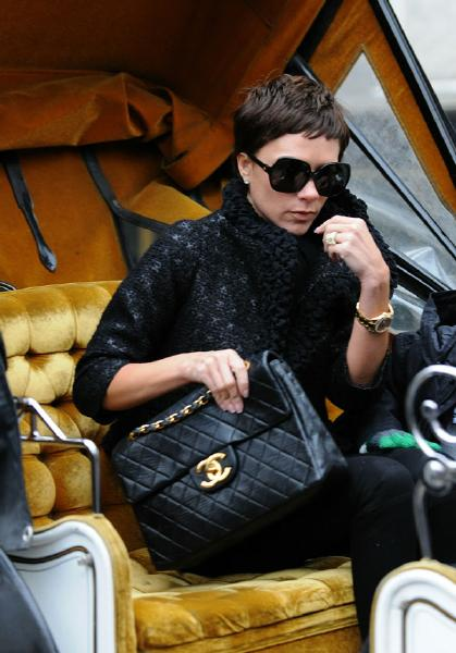 VICTORIA BECKHAM KNOWS HOW TO WEAR HER BAG!