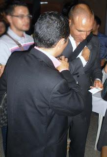 Foto de José Luis Suárez entregando su tarjeta de Corex a Bernardo Hernández