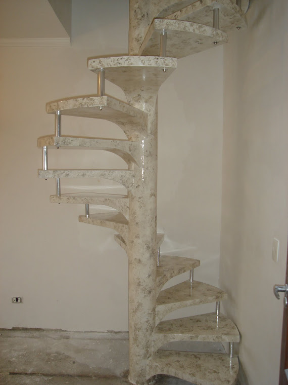 Escada caracol em  travertino