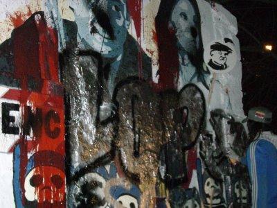 escrache a mural dentro de la marcha realizada en la plata